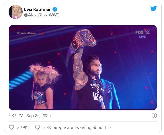 Twitter-Screenshot: Alexa Bliss schaut auf Roman Reigns Universal Champion-Gürtel