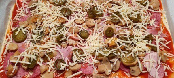 Ofenblech mit belegter Pizza